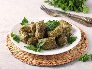 Рецепта Постни лозови сарми с ориз, орехи и зеленчуци в гювеч на фурна